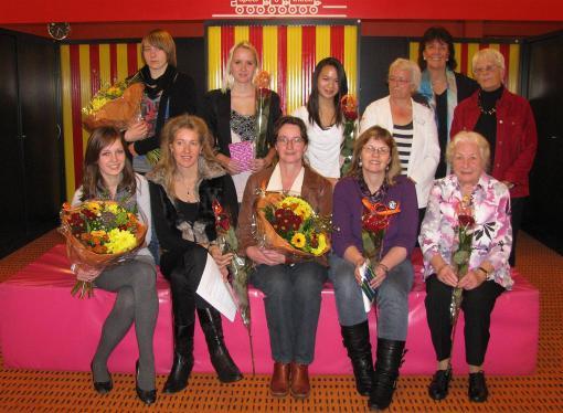 Winnaars en juryleden schrijfwedstrijd
